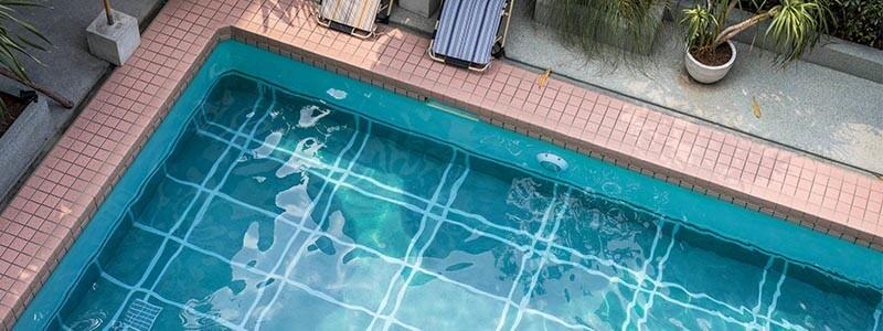 Cómo mantener la piscina limpia y protegida esta temporada